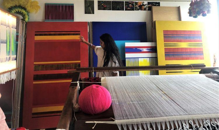 Kenia Almaraz Murillo, une artiste de 27 ans, présente ses oeuvres.