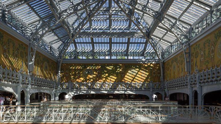 La partie centrale de la Samaritaine a été construite par Frantz Jourdain dans le style Art nouveau et avec des structures métalliques Eiffel.