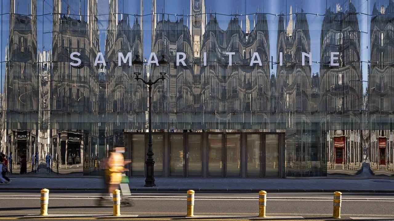 La façade du bâtiment qui donne sur la rue de Rivoli a été dessinée par l'agence d'architecture japonaise Sanaa.