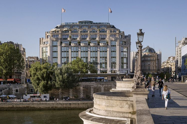 Côté Seine, c'est le bâtiment Art déco d'Henri Sauvage de la Samaritaine. Il accueille un hôtel Cheval Blanc qui ouvrira en septembre.