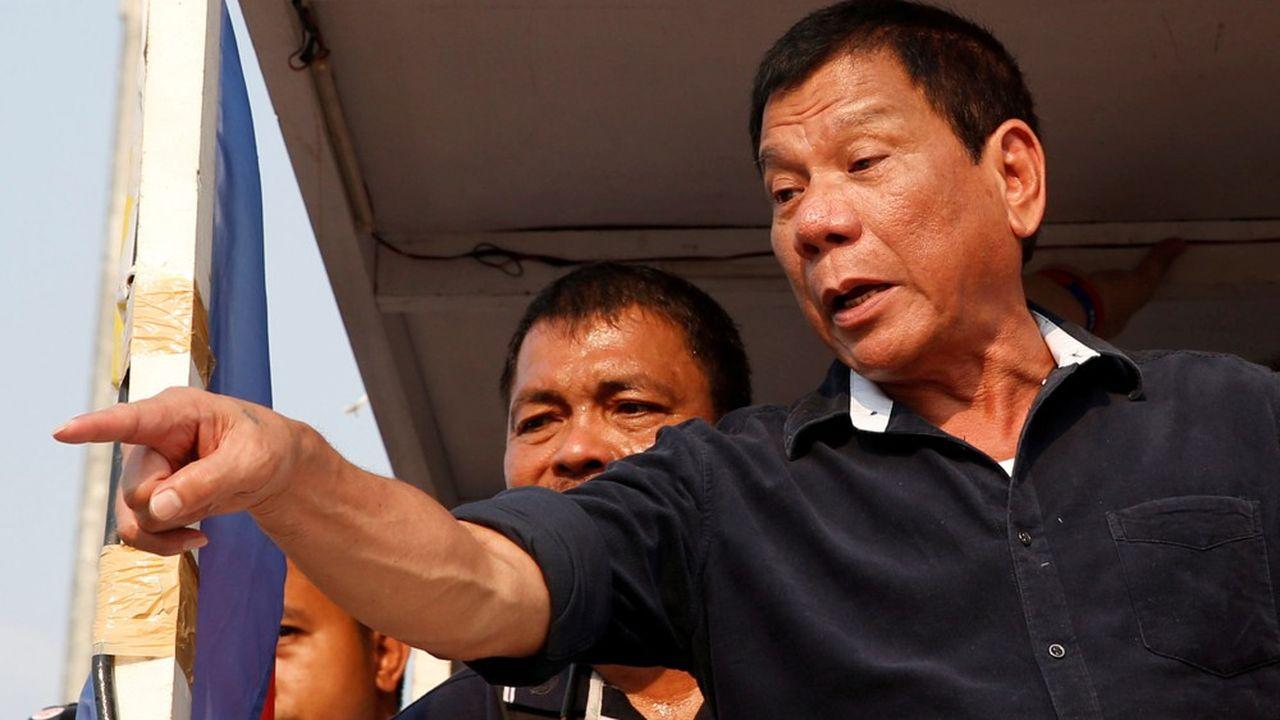 Pour justifier ce durcissement, Rodrigo Duterte a expliqué que les premières vagues de l'épidémie de Covid-19 avaient «déjà profondément épuisé les ressources du gouvernement».