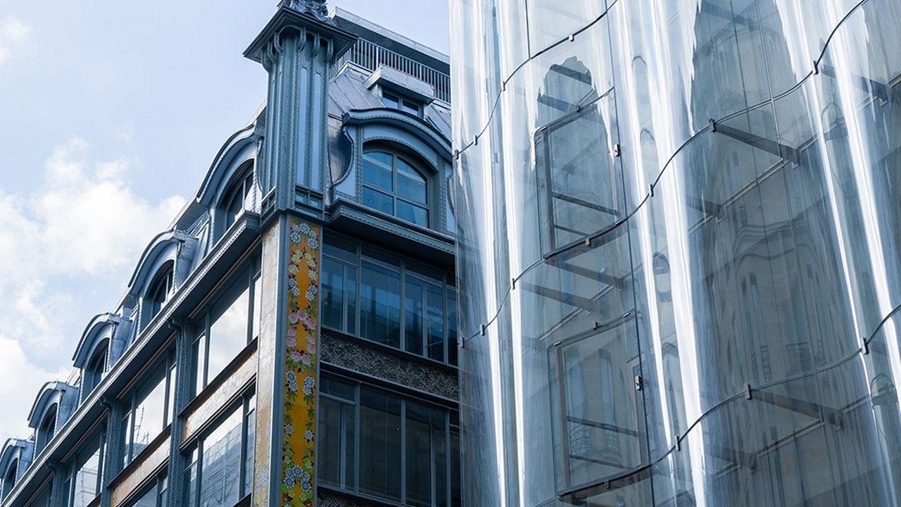 Rue de Rivoli, le nouveau bâtiment La Samaritaine signé de l'agence japonaise Sanaa.