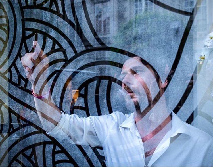 Le street artiste Jordane Saget a décoré de ses célèbres courbes les baies de l'espace Voyage.