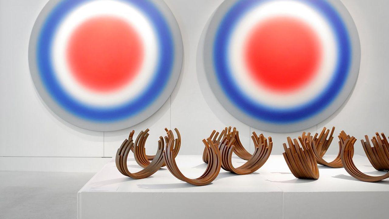 Une oeuvre d'Ugo Rondinone et une sculpture de Bernar Venet, qui ont fait l'objet d'une exposition dans le cadre d'une vente à prix fixe.