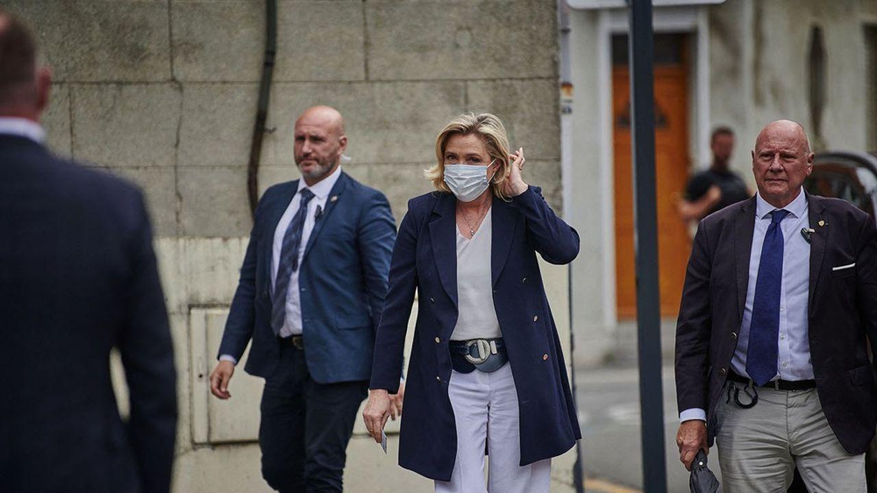 Marine Le Pen se rendant dimanche dernier dans son bureau de vote à Hénin-Beaumont, dans les Hauts-de-France.