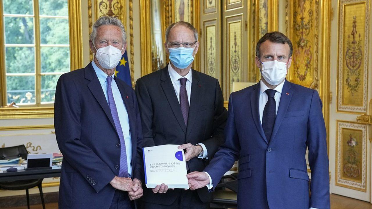 l'ex-chef économiste du Fonds monétaire international, Olivier Blanchard, et le prix Nobel d'économie Jean Tirole, lors de la remise du rapport à Emmanuel Macron.