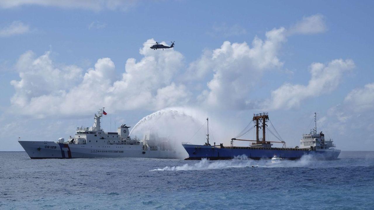 Les gardes-côtes taïwanais (ici lors d'un exercice) tentent d'éloigner les nombreux navires chinois venant récupérer du sable dans les eaux des îles Matsu.