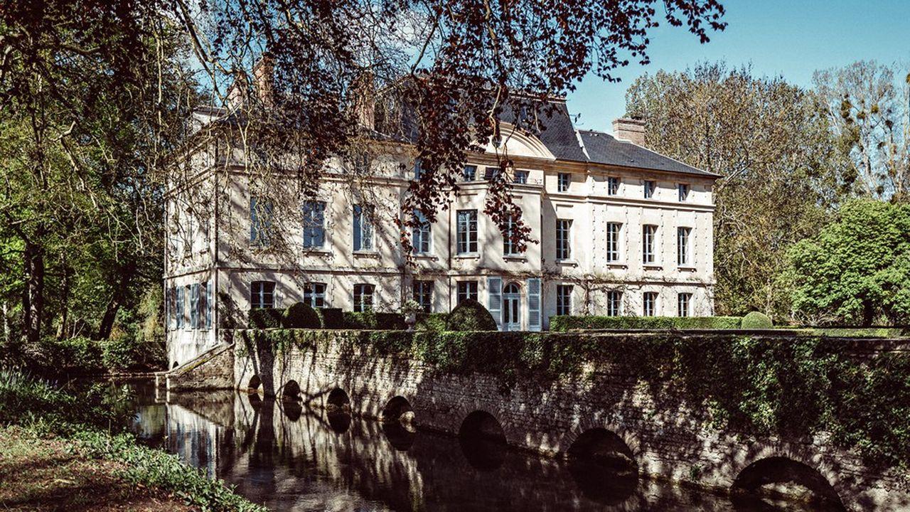 Au bord de l'Eure, cette vaste propriété de la fin du XVIIIe offre un havre de verdure.