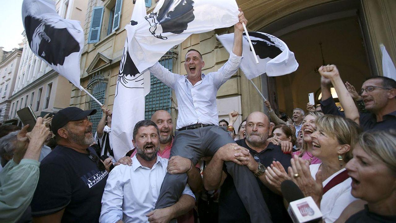 Gilles Simeoni célébrant sa réélection dimanche 27juin.