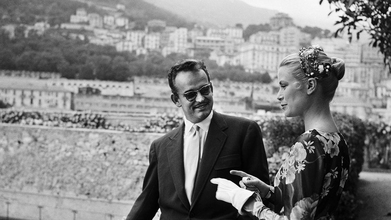 Le 6 mai 1955, première rencontre entre Grace Kelly et le prince Rainier III, ici sur les remparts des jardins privés du palais de Monaco.