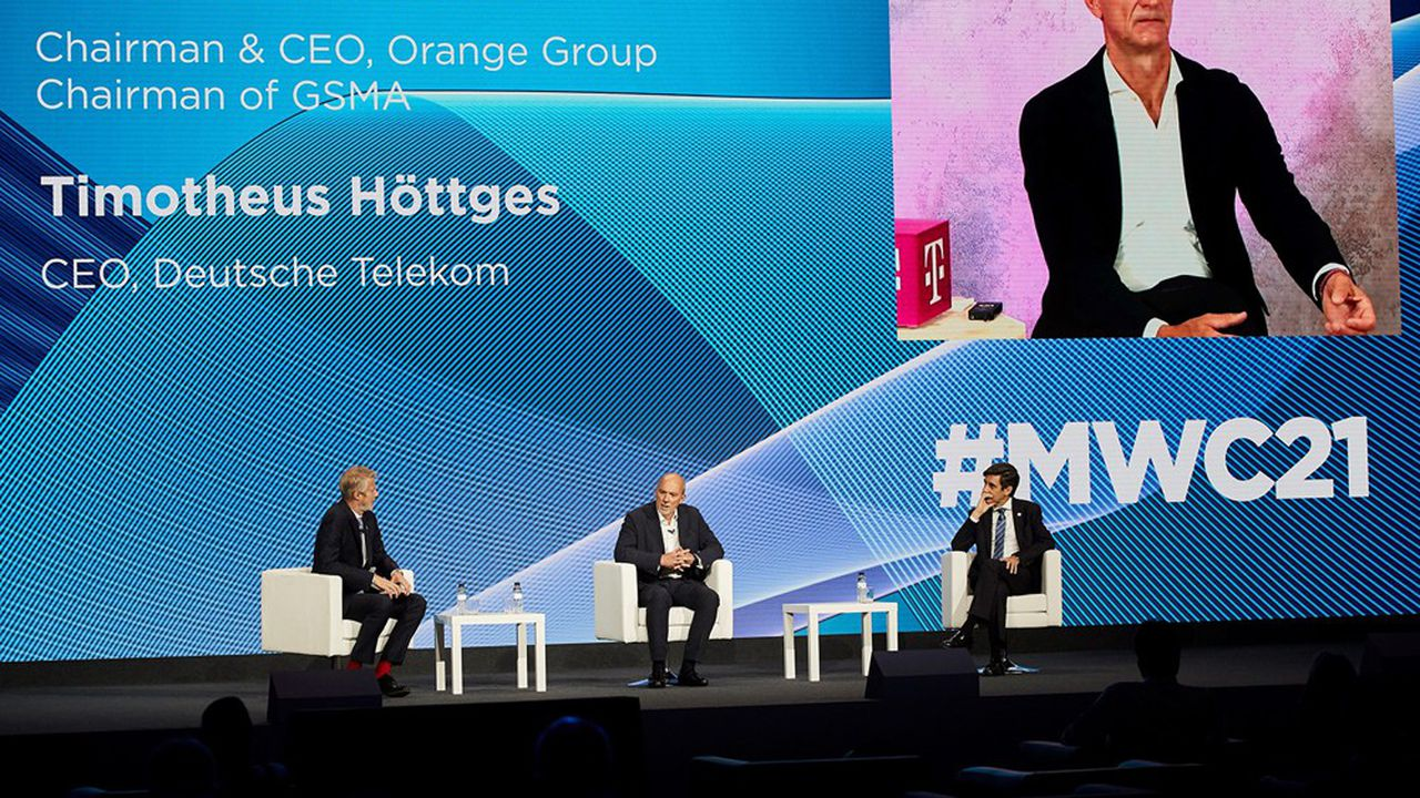 José María Álvarez-Pallete, directeur général de Telefónica (à droite); Stéphane Richard, PDG d'Orange et directeur général de la GSMA (au centre), Tim Höttges, patron de Deutsche Telekom (sur l'écran).
