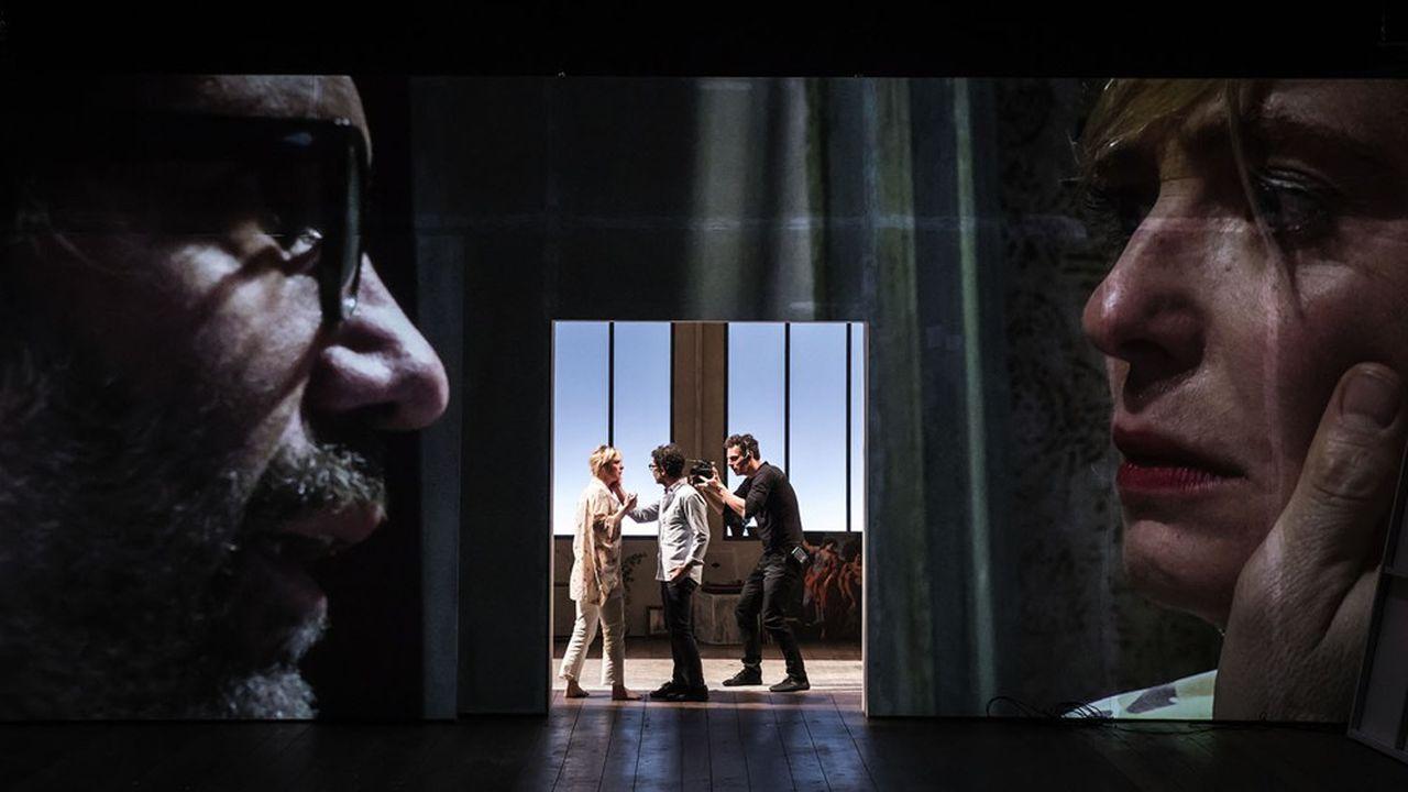 Le passage d'une scène de pur théâtre à des séquences filmées s'effectue avec fluidité.