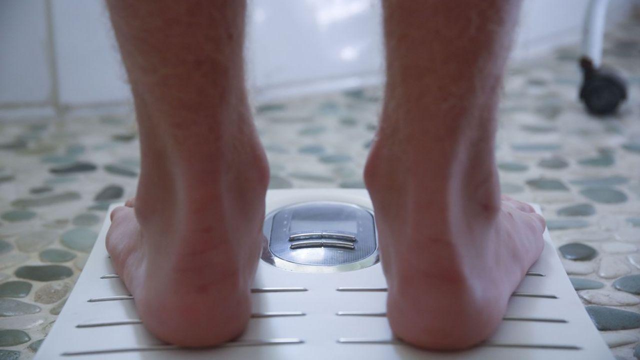 L'écart est de l'ordre de +0,37cm et -0,75kg pour les hommes, et de +0,70cm et -1,40kg pour les femmes.