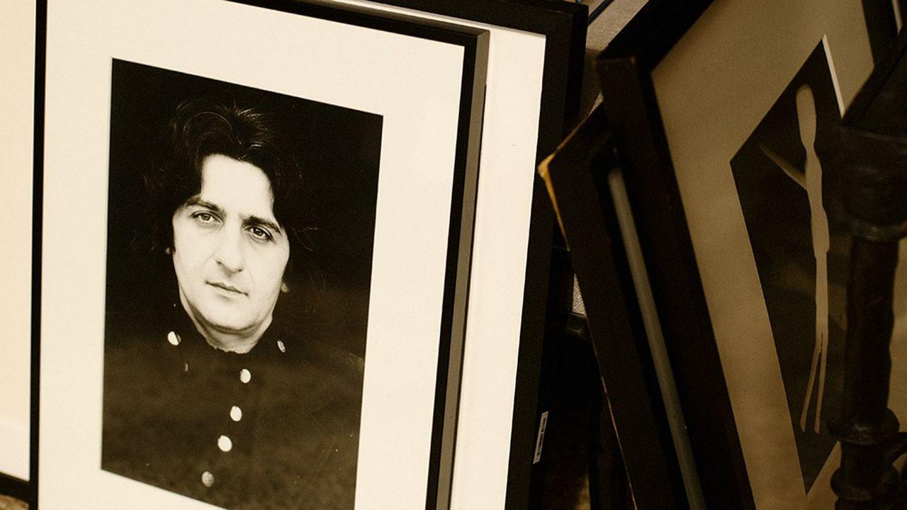 Portrait de Jean-Pierre Rassam dans le salon de son neveu Thomas Langmann, producteur lui aussi, fils de Claude Berri et Anne-Marie Rassam.
