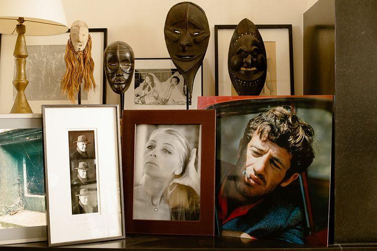 Des portraits de famille et de cinéma : Claude Berri et Anne-Marie Rassam (au premier plan et en arrière-plan) à côté d'un portrait de Jean-Paul Belmondo tiré de «Pierrot le Fou», le film de Jean-Luc Godard .