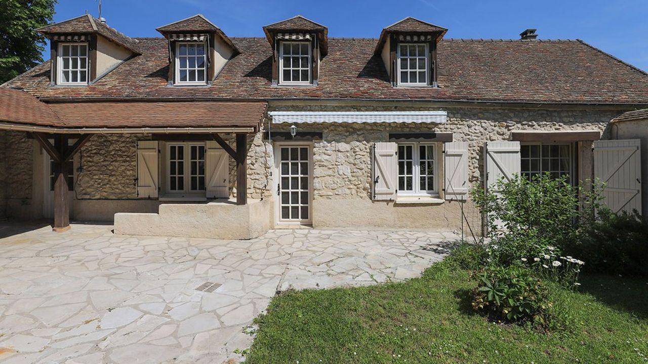 La maison principale en pierre, construite en 1590, se compose de deux niveaux.