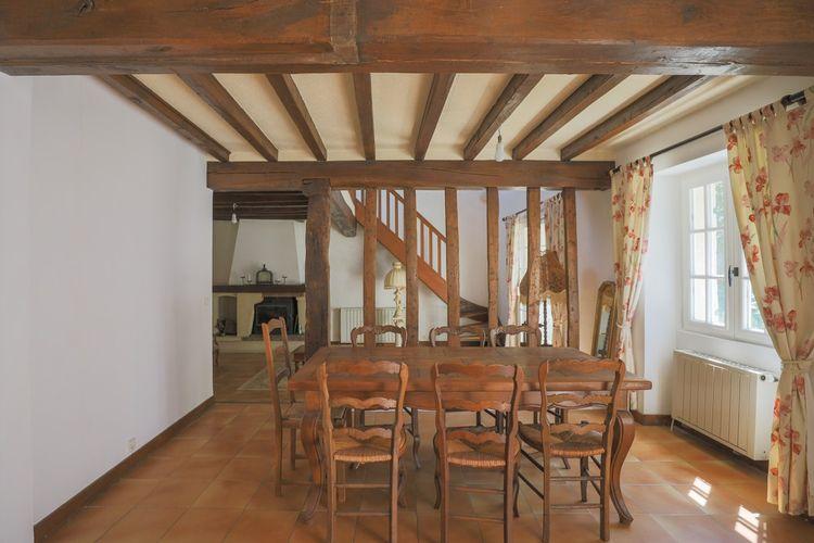 Dans un angle de la pièce principale, un escalier mène à la mezzanine couvrant la moitié du salon cathédrale.