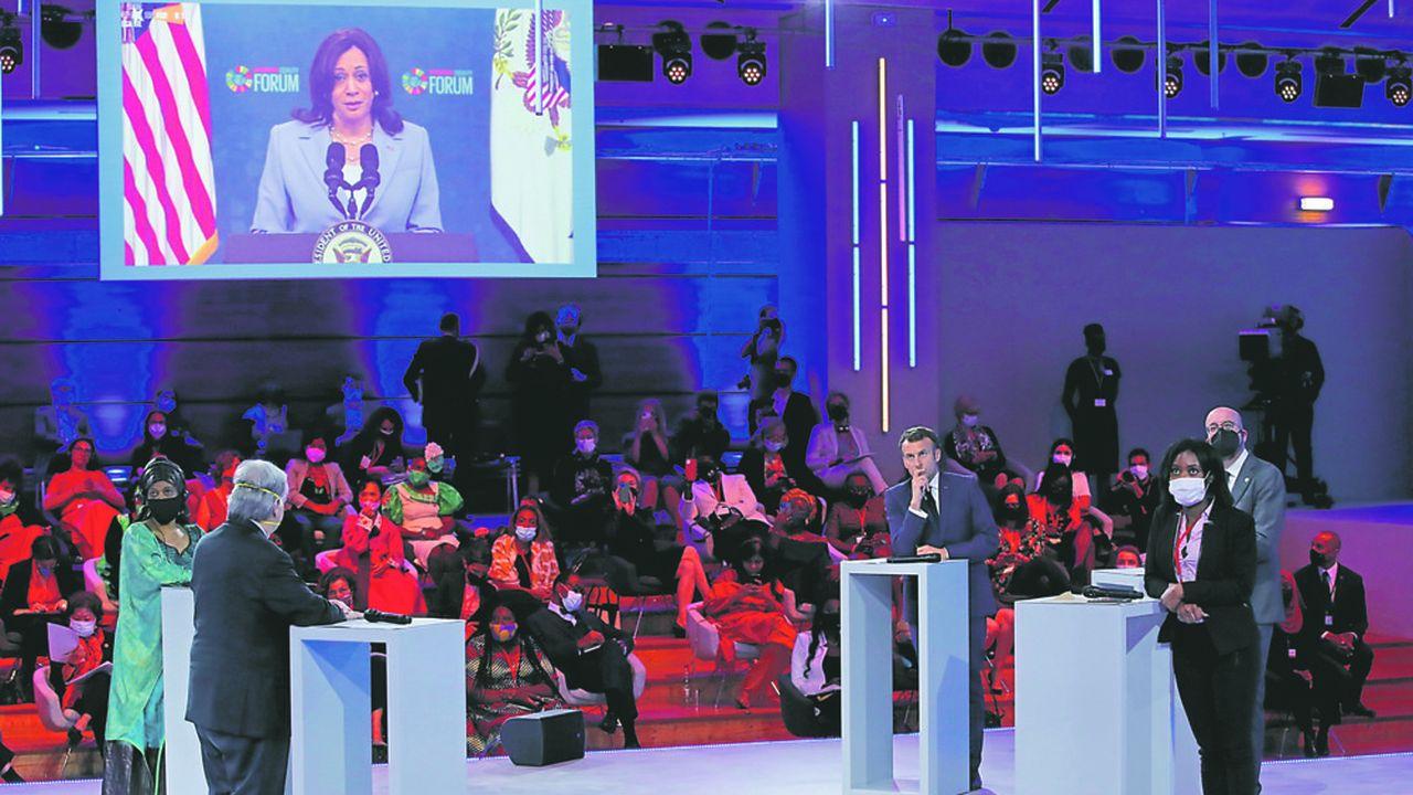 La directrice d'ONU Femmes Phumzile Mlambo-Ngcuka, le Secrétaire général des Nations unies António Guterres, Emmanuel Macron, la militante Shantel Marekera et le président du Conseil européen, Charles Michel, écoutent la vice-présidente des Etats-Unis, Kamala Harris, intervenir à distance lors du Forum Génération Egalité.