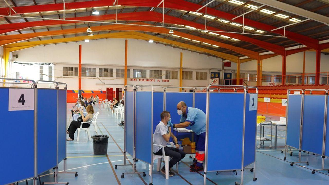 «À l'heure actuelle, il semble que les quatre vaccins approuvés dans l'Union européenne protègent contre toutes les souches circulant en Europe, y compris le variant Delta», a indiquél'Agence européenne des médicaments (EMA).