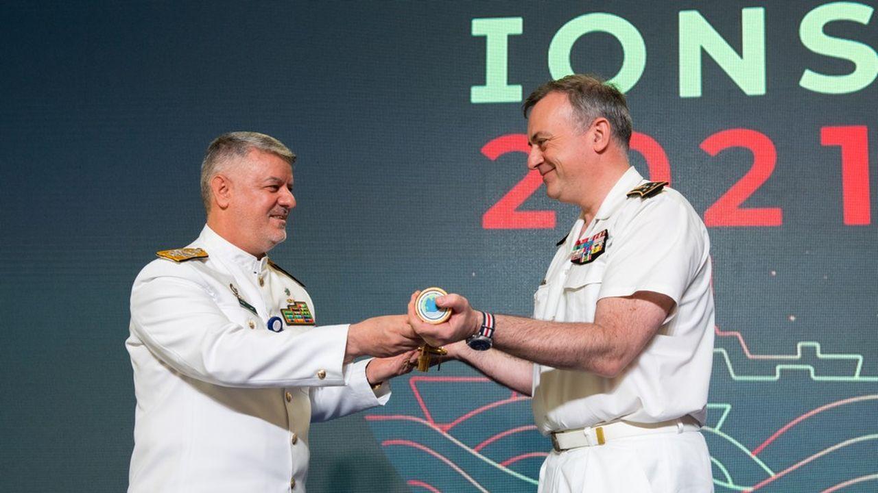 Le chef d'état major de la Marine française a reçu des mains du chef d'état major de la Marine iranienne le téléscope qui représente tous les pays de l'alliance IONS.