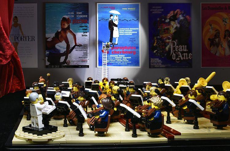 Hommage à Michel Legrand en briques Lego®, au MuPop de Montluçon.