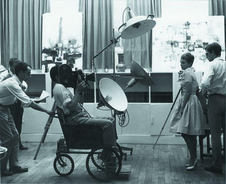 «À bout de souffle», 1959 : Jean Seberg et Jean-Paul Belmondo face au chef opérateur Raoul Coutard, assis dans un fauteuil roulant pour un travelling. C'est Jean-Paul Godard lui-même qui manoeuvre le fauteuil.