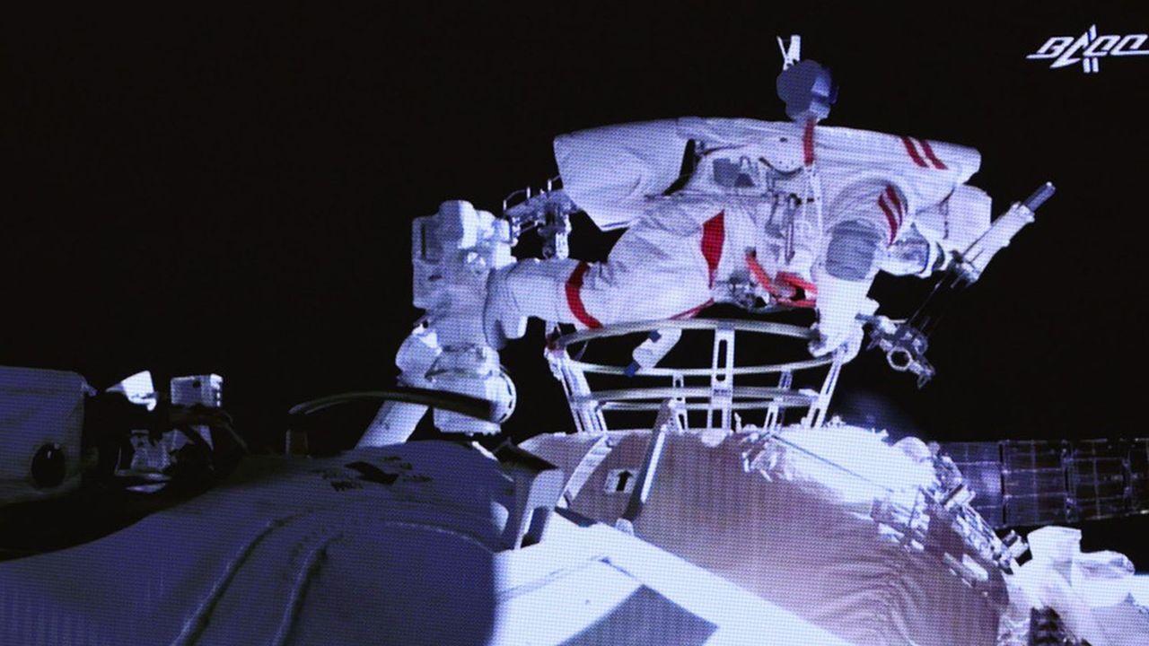 «C'est vraiment trop beau ici!», s'est exclamé l'astronaute Liu Boming en sortant du module chinois.