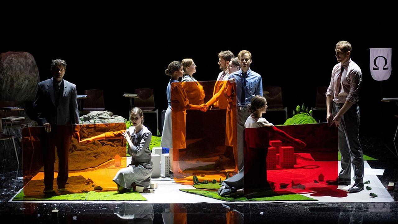 La mise en scène de Silvia Costa s'avère platement illustrative.