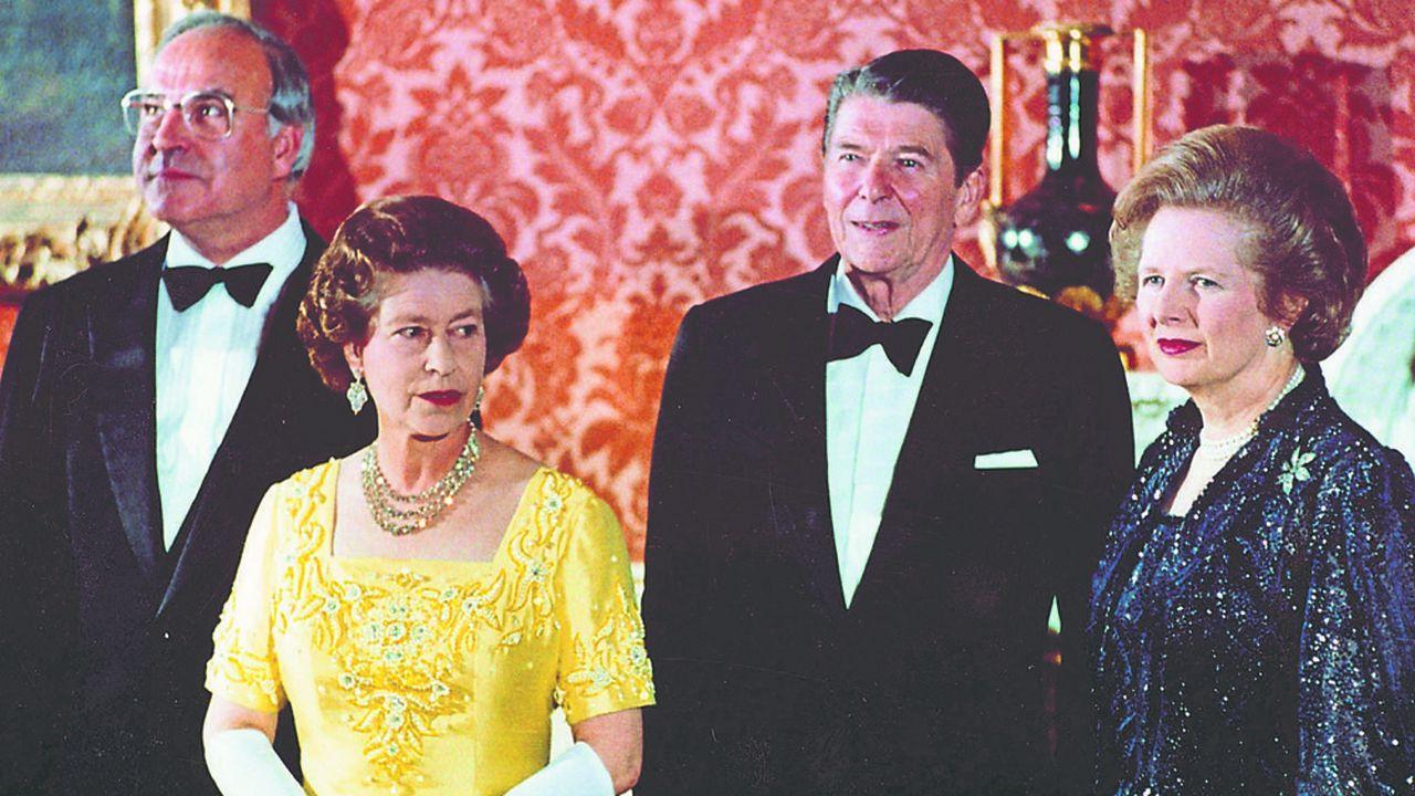 Elizabeth II, deuxième à gauche, avec le chancelier ouest-allemand Helmut Kohl, à gauche, le président des Etats-Unis, Ronald Reagan, deuxième à droite, et la Première ministre britannique Margaret Thatcher au palais de Buckingham à Londres, le 10 juin 1984.