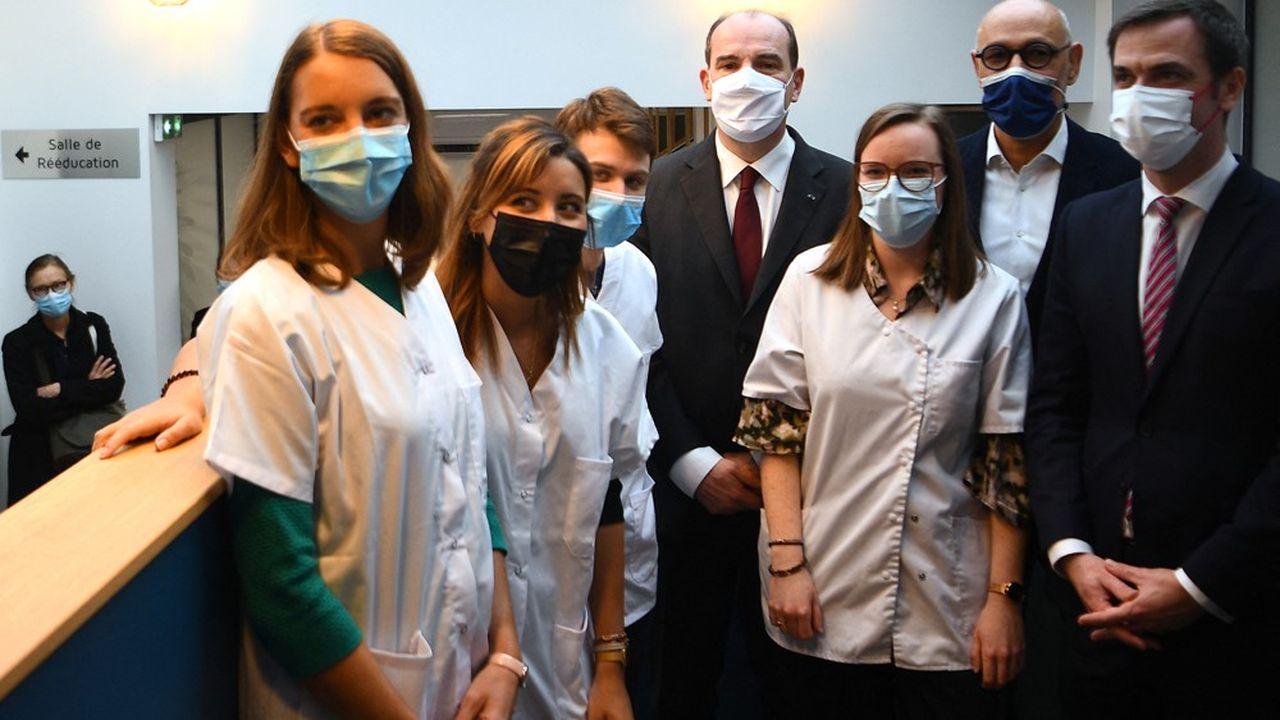 Jean Castex et Olivier Véran lors d'une visite d'un centre de vaccination. Face à l'arrivée plus rapide que prévu de la quatrième vague, la perspective d'une vaccination obligatoire des soignants se précise.