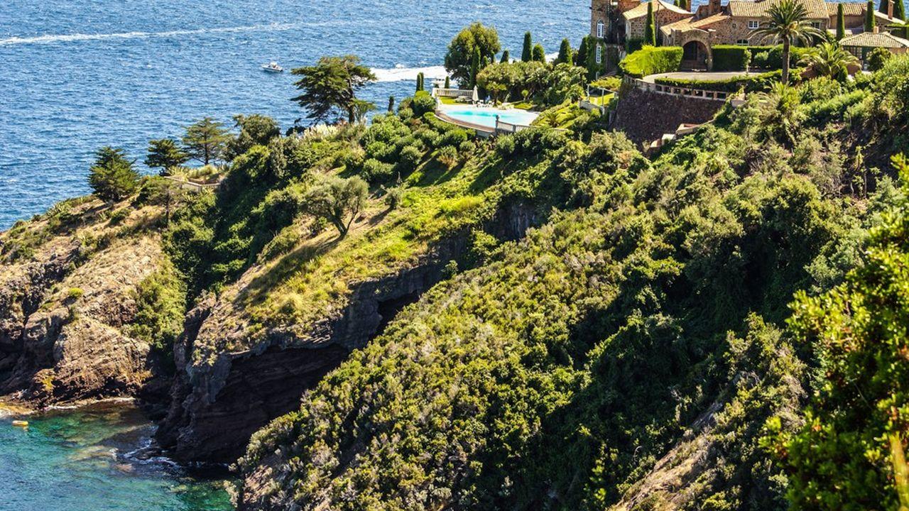 Les villas sur la côte dans le sud de la France font partie des biens très recherchés.