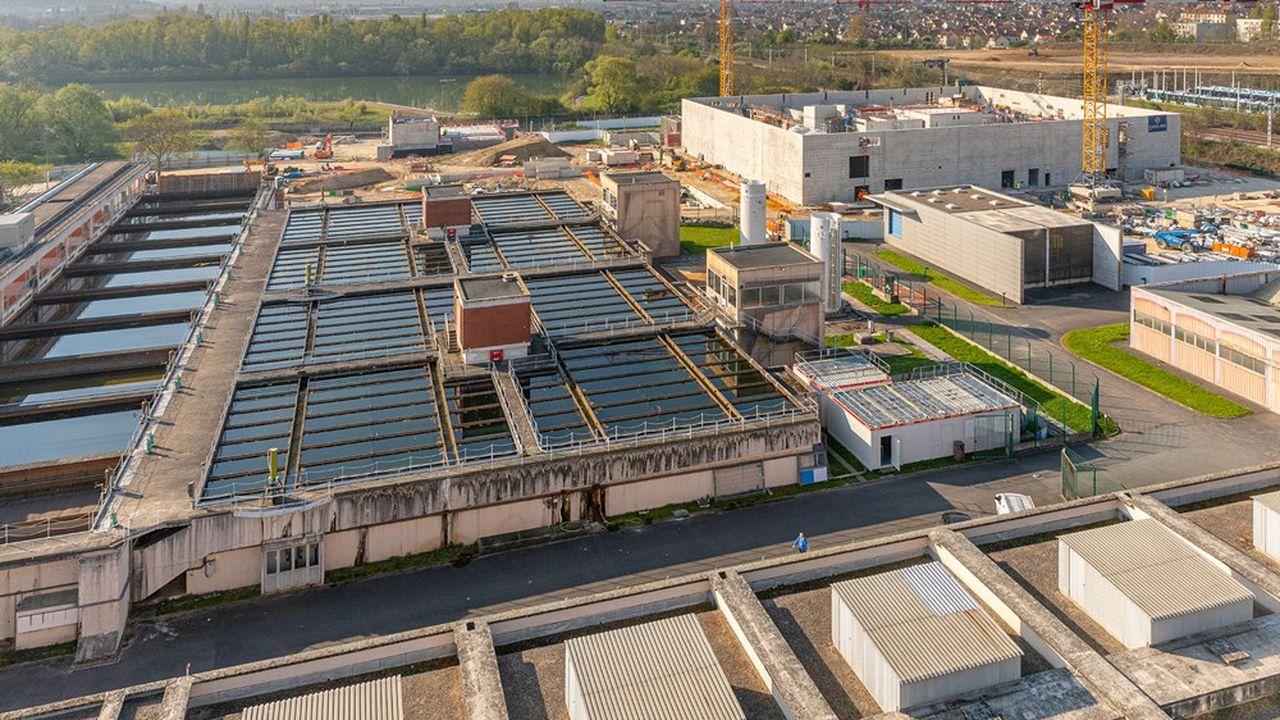 Dans son usine d'eau d'Orly (Val-de-Marne), qui dessert 25% des Parisiens, Eau de Paris investit 45millions d'euros pour démarrer mi-2022 une filtration de l'eau potable améliorée par charbon actif.