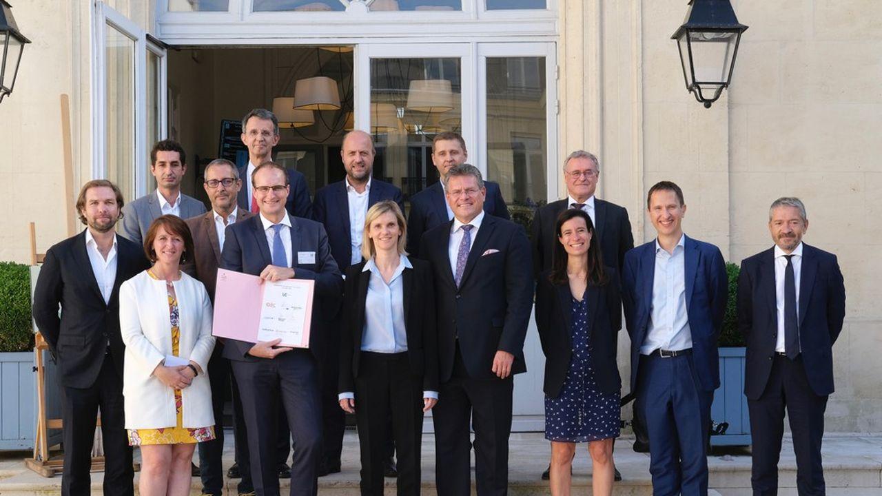 Les dirigeants de Verkor (au centre, Benoit Lemaignan) ont signé leur levée de fonds ce mardi, en présence de la ministre de l'Industrie, Agnès Pannier-Runacher, et du vice-président de la Commission européenne, Maros Sefcovic.