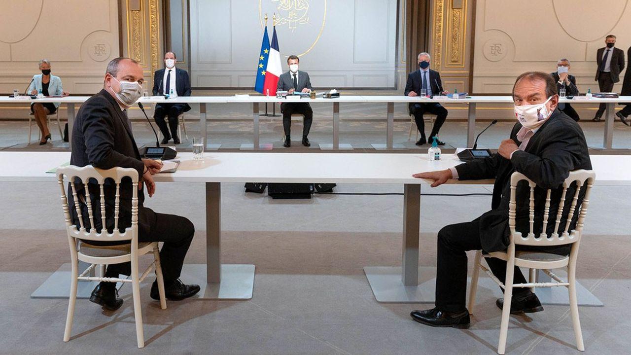 Emmanuel Macron a reçu ce mardi à l'Elysée les partenaires sociaux, mais il ne leur a pas dévoilé ses intentions sur le sujet qui fâche: la mise en oeuvre d'une réforme des retraites avant 2022.