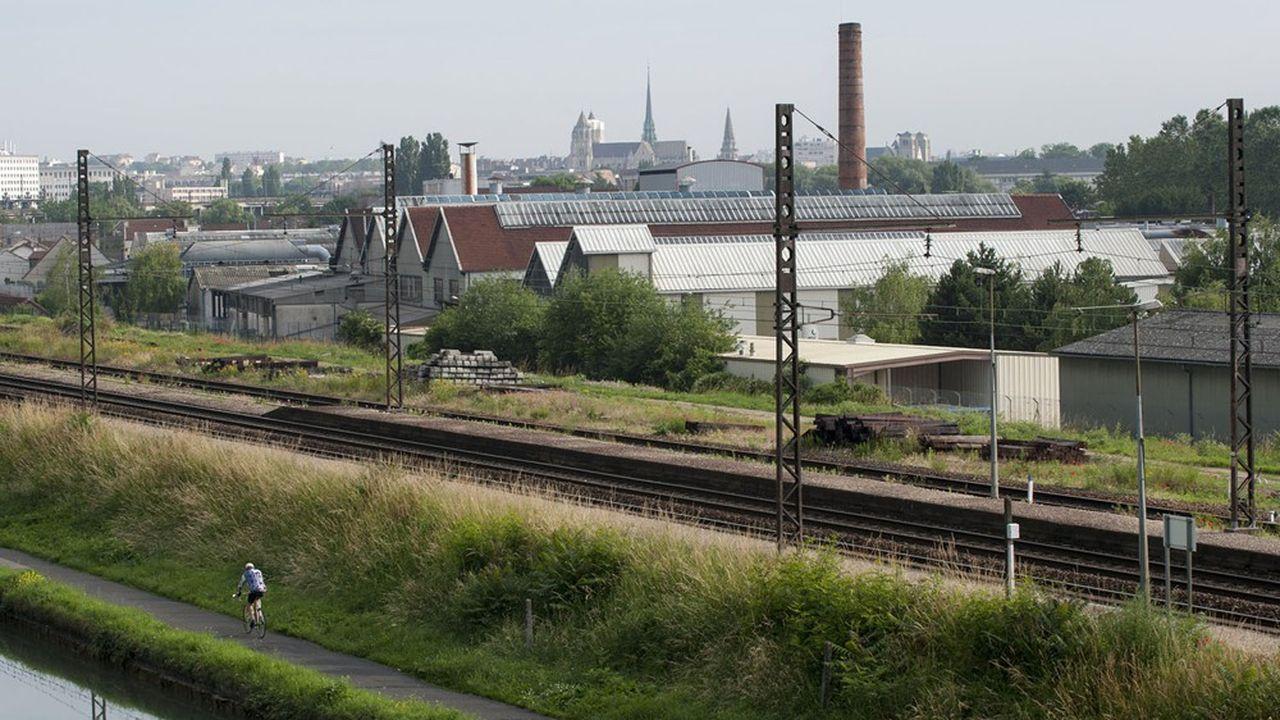 Pour accéder au futur tunnel, les trains de fret emprunteront finalement la ligne Dijon-Ambérieu-Chambéry-Modane qui sera améliorée.