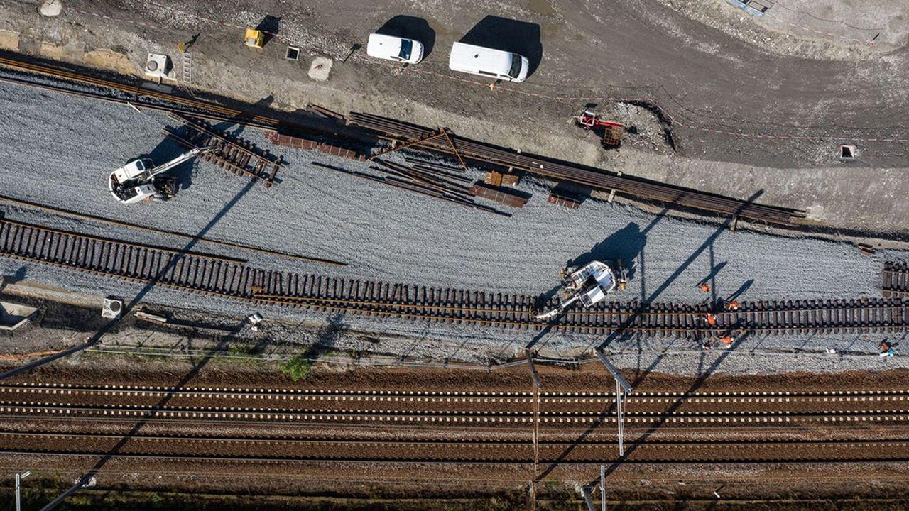 Terrassement et pose de réseaux pour l'aménagement de la liaison ferroviaire Lyon-Turin à Saint-Jean-de-Maurienne (Savoie).