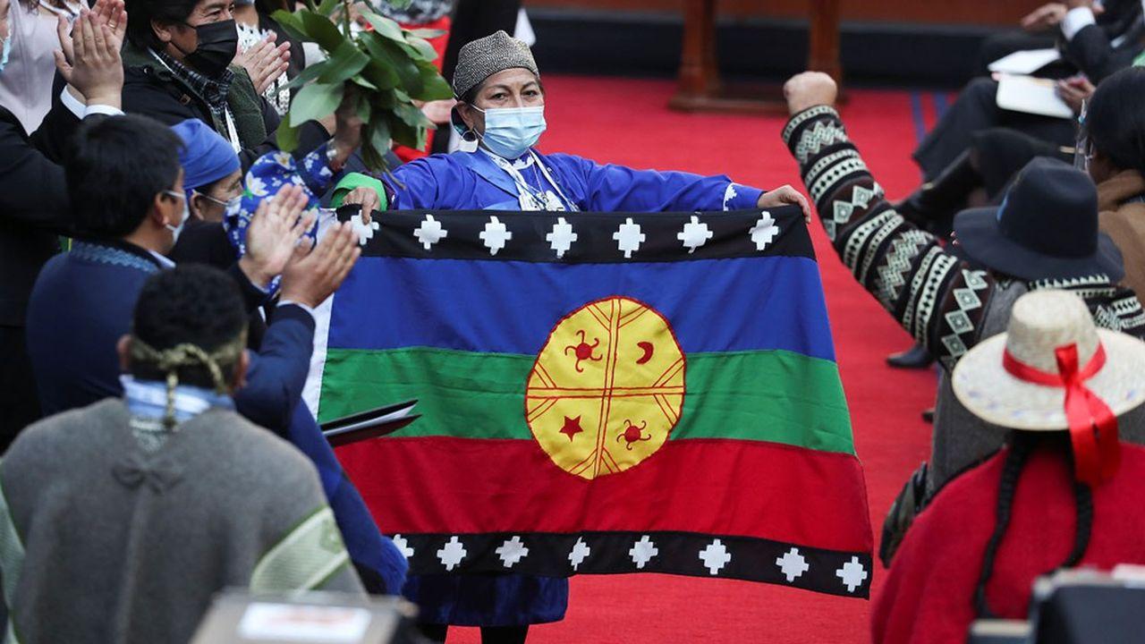 Elisa Loncón brandit un drapeau mapuche lors de l'inauguration de la convention chargée de rédiger la nouvelle constitution chilienne.