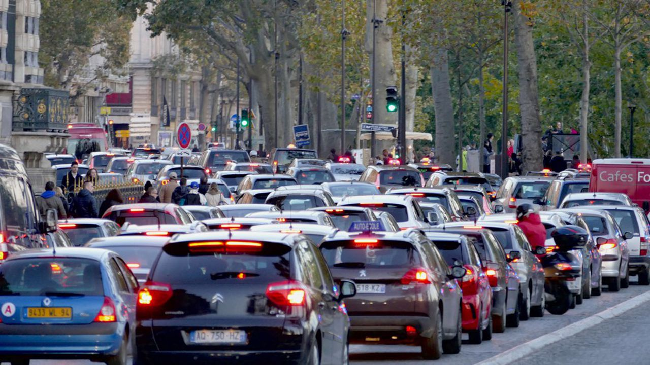 Un embouteillage sur les voies sur berge, à Paris.
