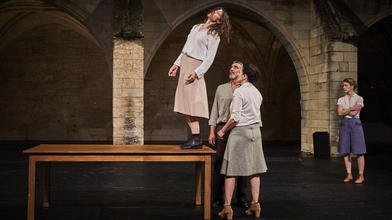 Les comédiens-danseurs-performers habitent intensément leurs personnages en apesanteur.