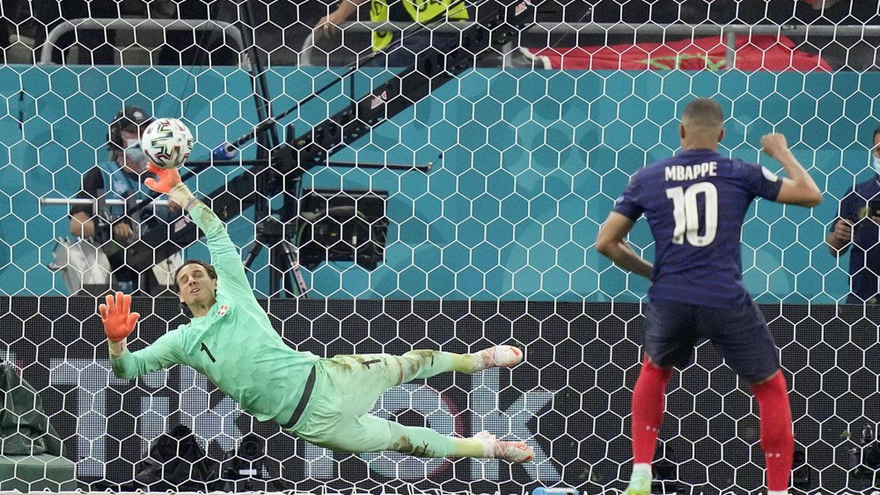 Yann Sommer, gardien de l'équipe suisse, qui arrête le penalty tiré par Kylian Mbappé, à Bucarest (Roumanie) le mardi 29juin 2021 à l'occasion de la coupe d'Europe de football.