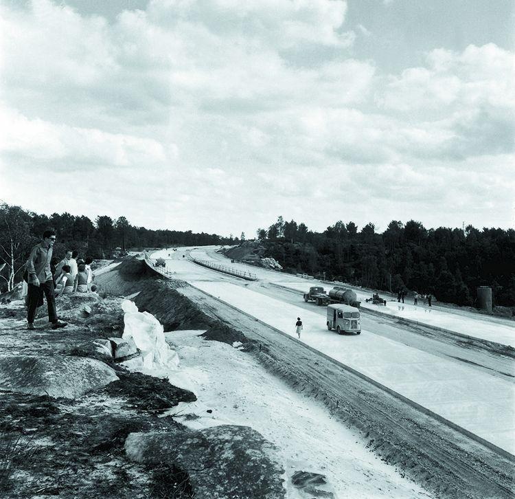 Construction de l'autoroute A6 : le tronçon entre Fontainebleau et Nemours traversant la forêt en 1963.