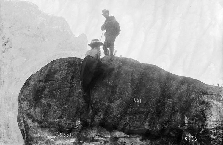 Escalade en forêt de Fontainebleau (Seine-et-Marne), 1908.