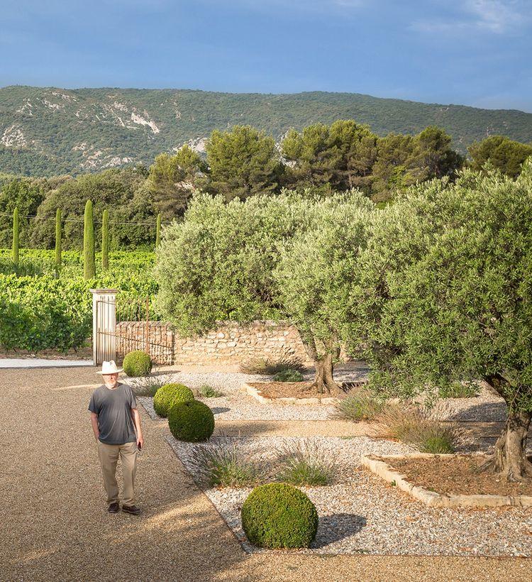 Ridley Scott sur son domaine du Mas des Infermières à Oppède (Vaucluse), acquis en 1992.