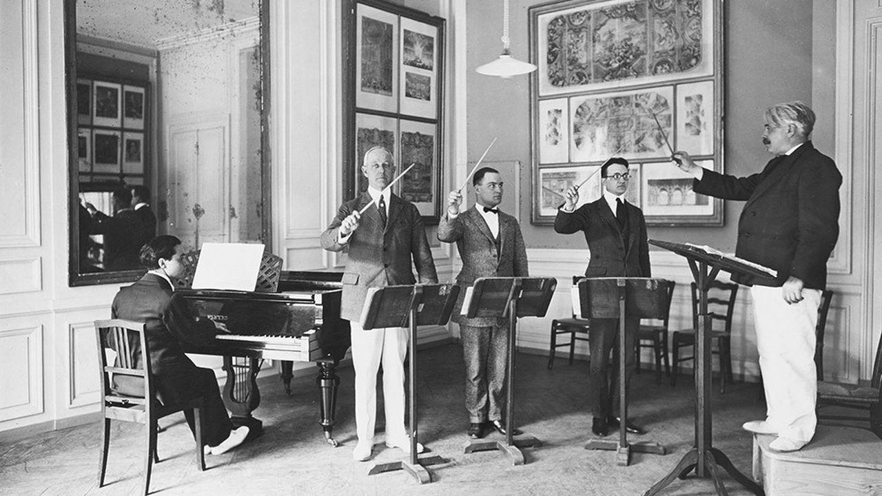 La classe de direction d'orchestre de Francis Casadesus (à droite), au cours de la première session du Conservatoire américain, au château de Fontainebleau, en 1921.