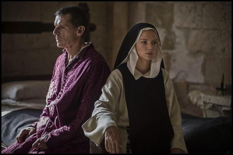 Virginie Efira et Lambert Wilson, dans « Benedetta ».
