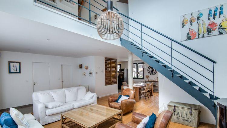 D'une superficie totale de 175 mètres carrés, la maison se compose notamment d'une grande pièce à vivre où se situent un séjour cathédrale lumineux et un poêle.