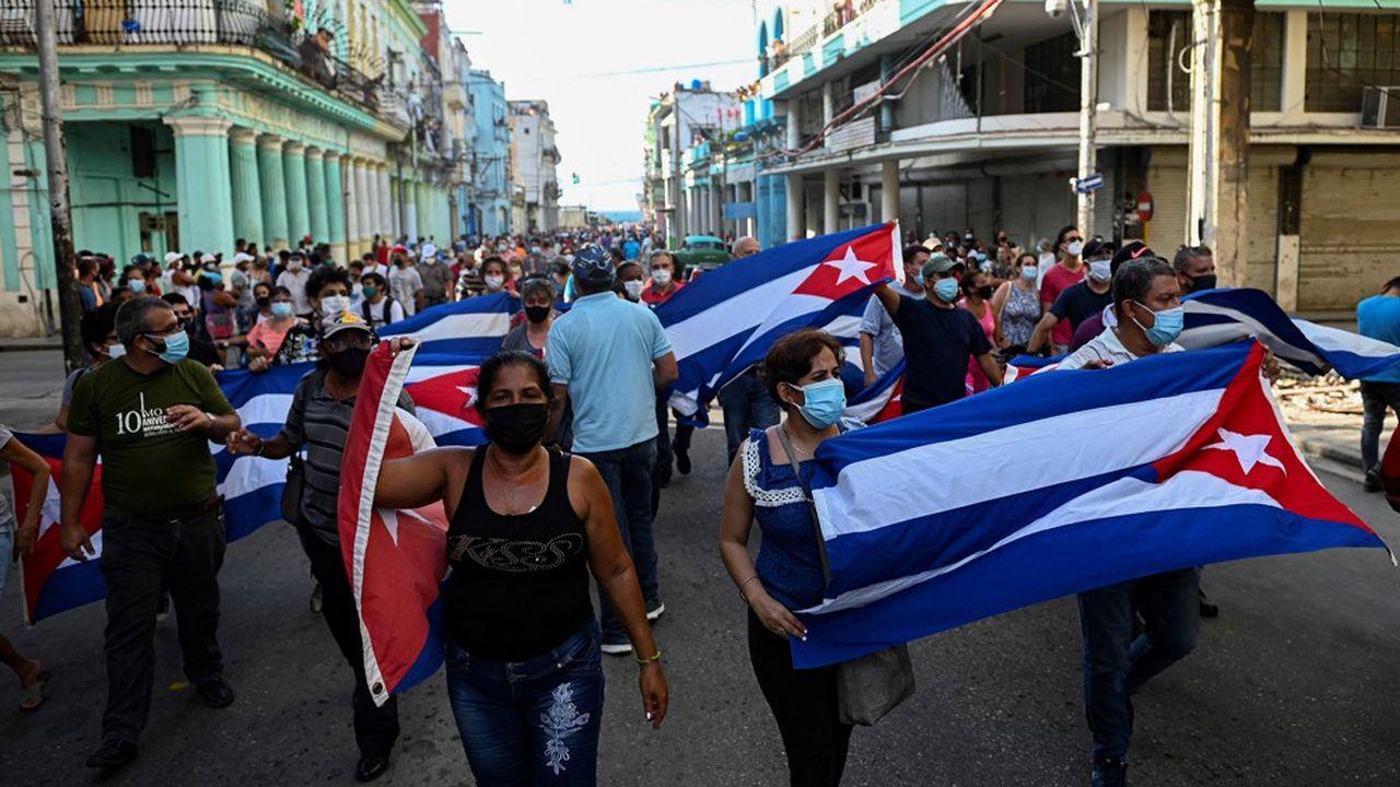 Des milliers de cubains ont défilé dans les rues de La Havane pour protester contre le gouvernement communiste.