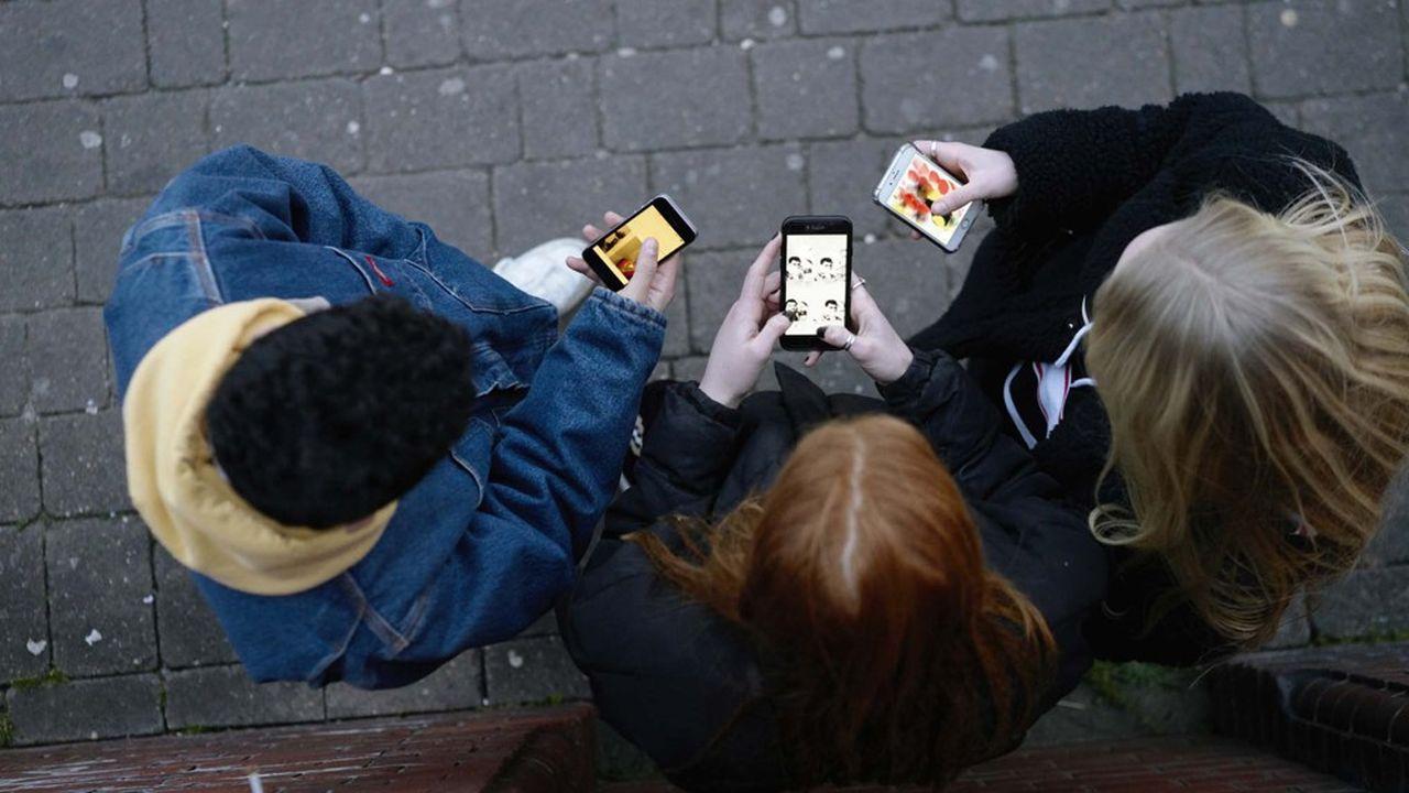 Les utilisateurs de smartphone dans le monde ontpassé en moyenne 4,2heures devant leur écran en 2020, un chiffre en hausse de 20% sur un an.