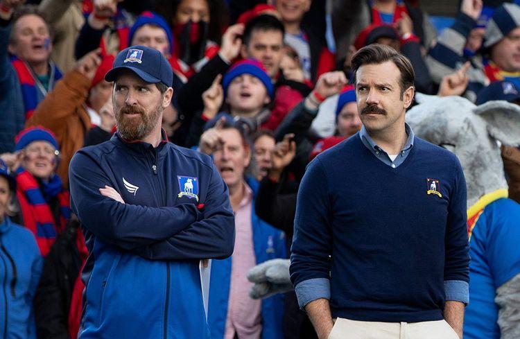 Ted Lasso (à droite), un coach américain… qui ni connaît rien au foot anglais.