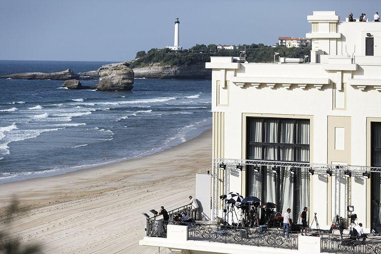 Sommet du G7 oblige, la plage est déserte en ce mois d'août 2019, mais les caméras campent sur la terrasse du casino municipal.